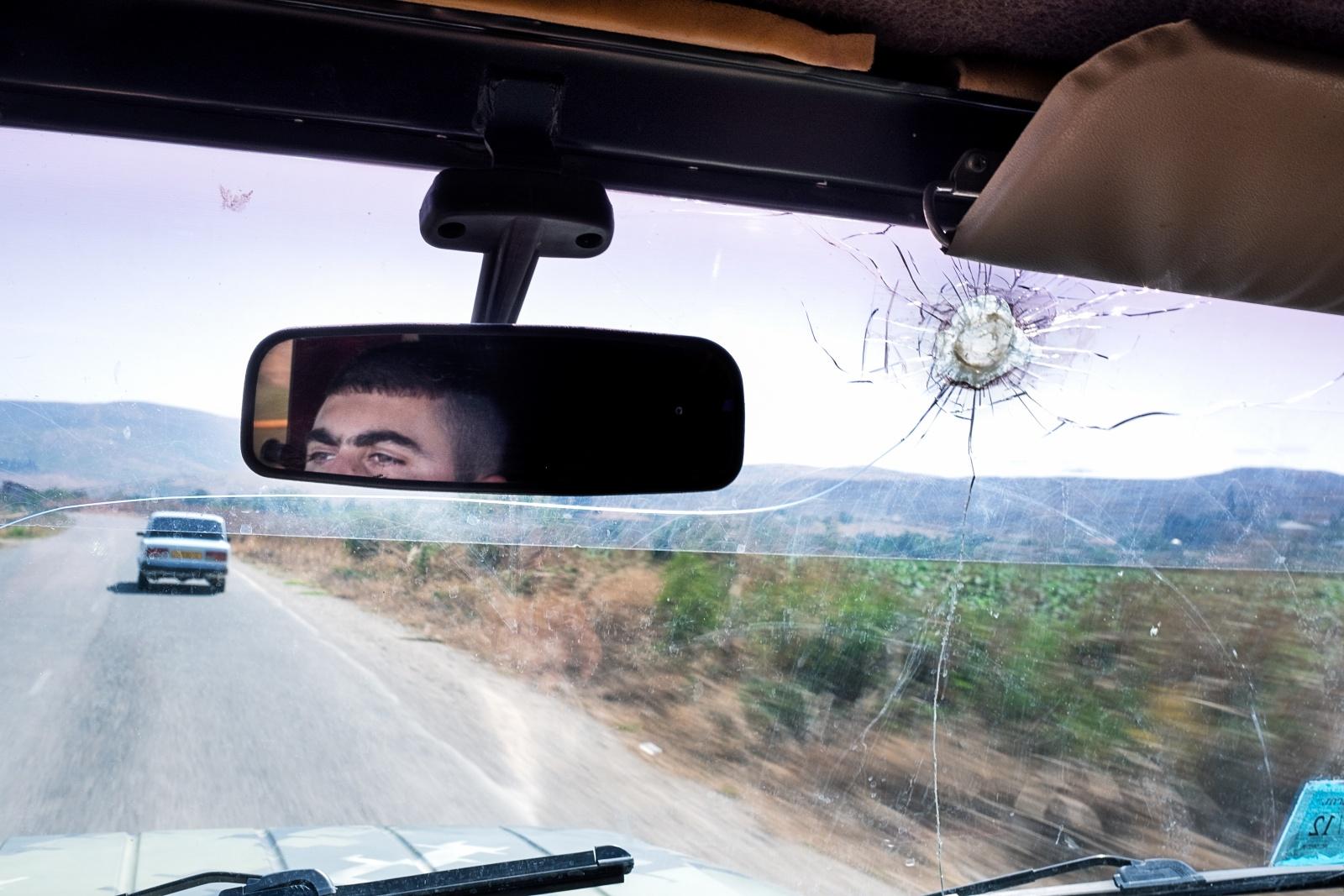 SOTTO TIRO Martakert (Repubblica dell'Artsakh) settembre 2015 - Sotto il fuoco azero lungo la linea di contatto di Martakert, città liberata dagli armeni il 27 giugno 1993, un anno dopo l'inizio della Prima Guerra del Karabakh. Il conflitto per l'indipendenza della Repubblica dell'Artsakh (così è stato ribattezzato il Karabakh nel 2017) in due anni ha causato complessivamente 30.000 morti, quasi 100.000 feriti e oltre un milione di sfollati interni.
