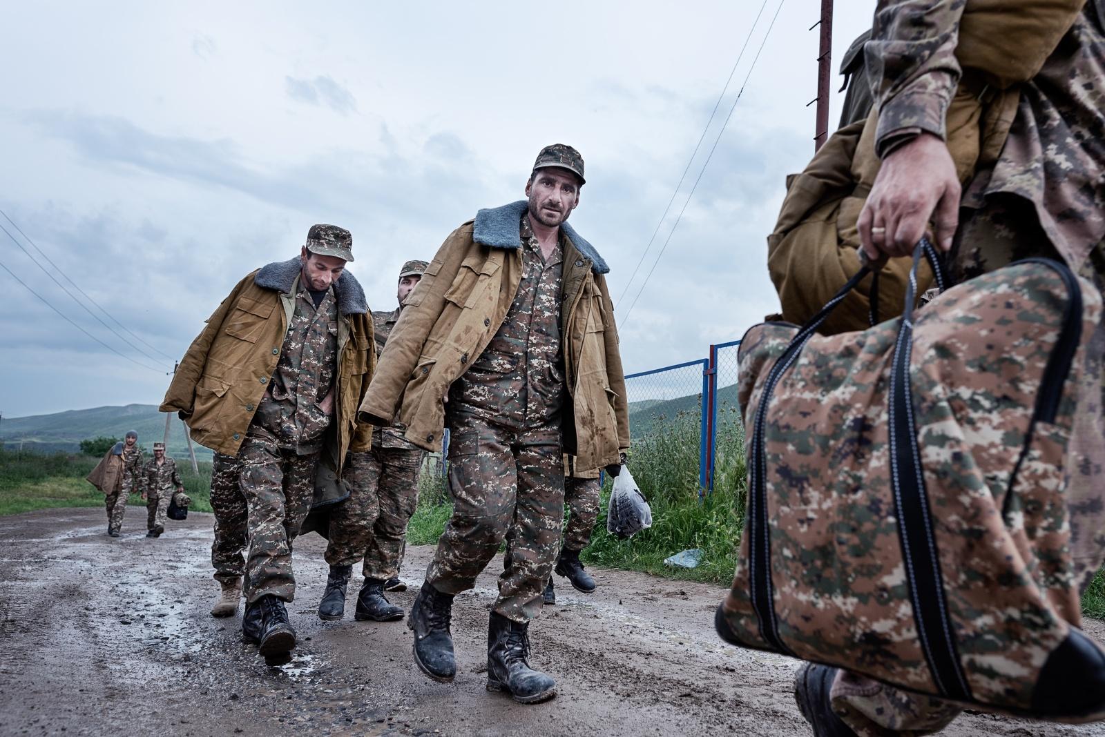 LA GUERRA DEI 4 GIORNI Talish (Repubblica dell'Artsakh) maggio 2016 - Militari in marcia verso il fronte. Tra il 2 e il 5 aprile 2016 venne combattuta la Guerra dei 4 giorni. Secondo le fonti più accreditate l'offensiva dell'Azerbaijan causò complessivamente almeno 400 morti. A Talish, villaggio armeno a ridosso della linea di contatto, tre anziani vennero giustiziati e mutilati dalle forze speciali azere.